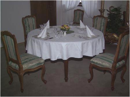 Jedálenský stôl a stoličky sú replikami nábytku z druhej polovice 18 storočia