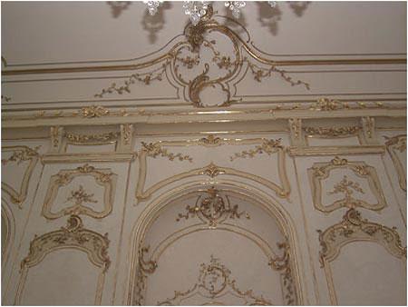 Steny sály sú pokryté štukovou vrstvou imitujúcou umelý mramor s bohatými pozlátenými ornamentami pravdepodobne podľa návrhu viedenského architekta Márie Terézie Nicolasa Pacassiho.