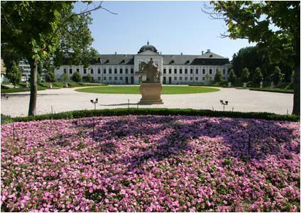 Čelný pohľad na palác zo záhrady