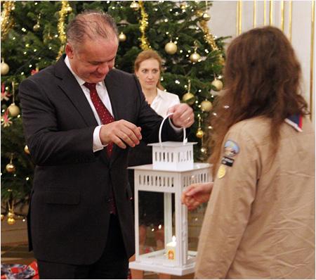 Prezident prijal od slovenských skautov Betlehemské svetlo