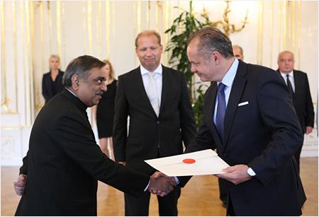Poverovacie listiny odovzdali prezidentovi SR veľvyslanci Indickej republiky a Singapurskej republiky